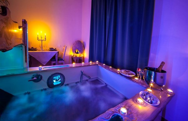 Vasca Da Bagno Romantica Con Candele : Come decorare il bagno per una serata romantica