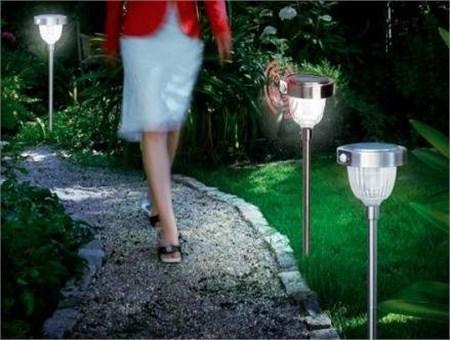 Lampioni da giardino a energia solare - Pannello solare per luci giardino ...