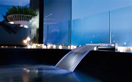 Con nobili rubinetterie nella vasca c 39 una cascata di benessere - Rubinetteria a cascata bagno ...