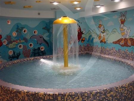 Piscina per bambini for Piscina con cascata