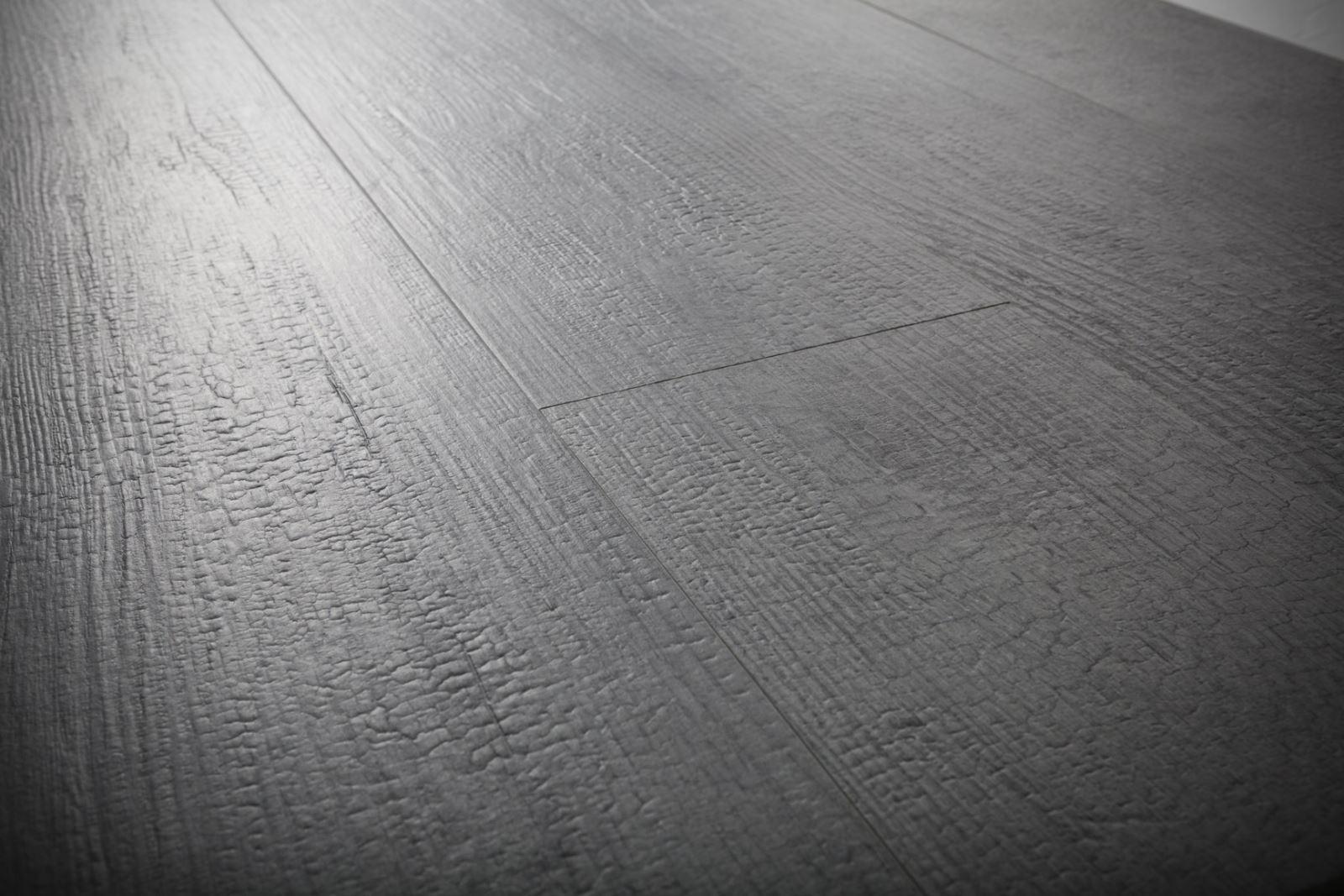 Gres porcellanato effetto legno - Piastrelle grigio scuro ...